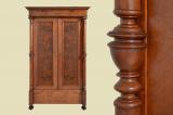 Antiker Gründerzeit Nußbaum Kleiderschrank mit Säulen von 1880